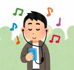 人混みの中で音楽を聴く男性