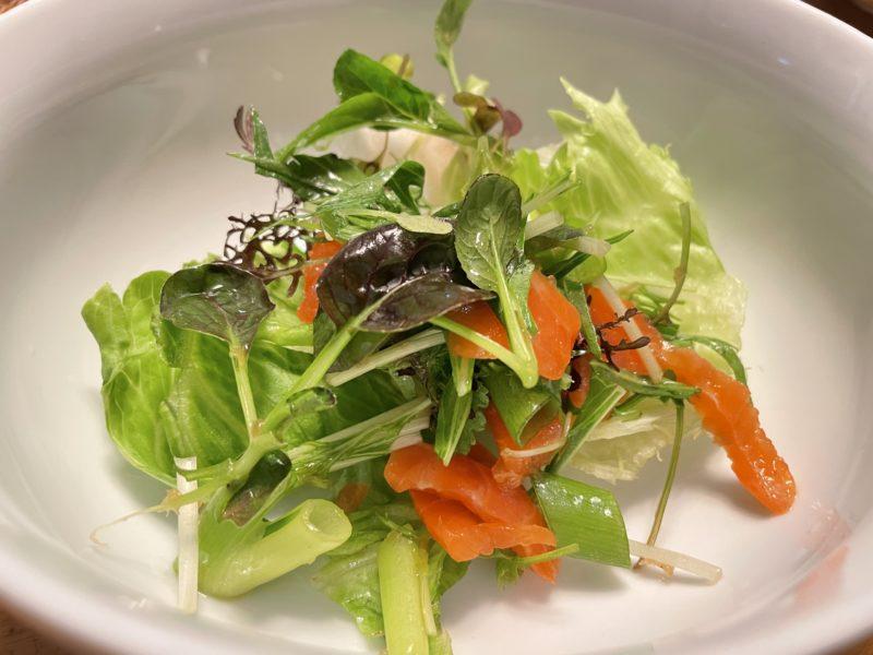 ベビーリーフミックスの燻製鮭のサラダ