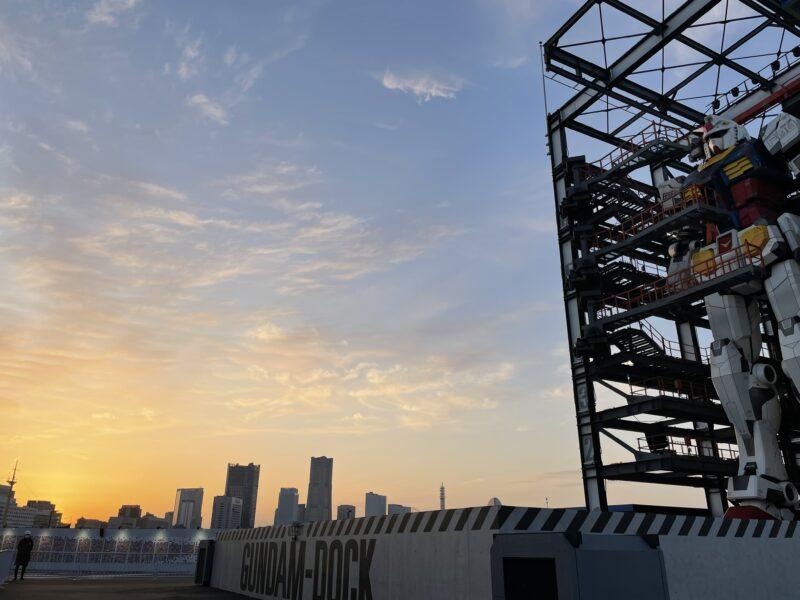 夕焼けのみなとみらい横浜とガンダム